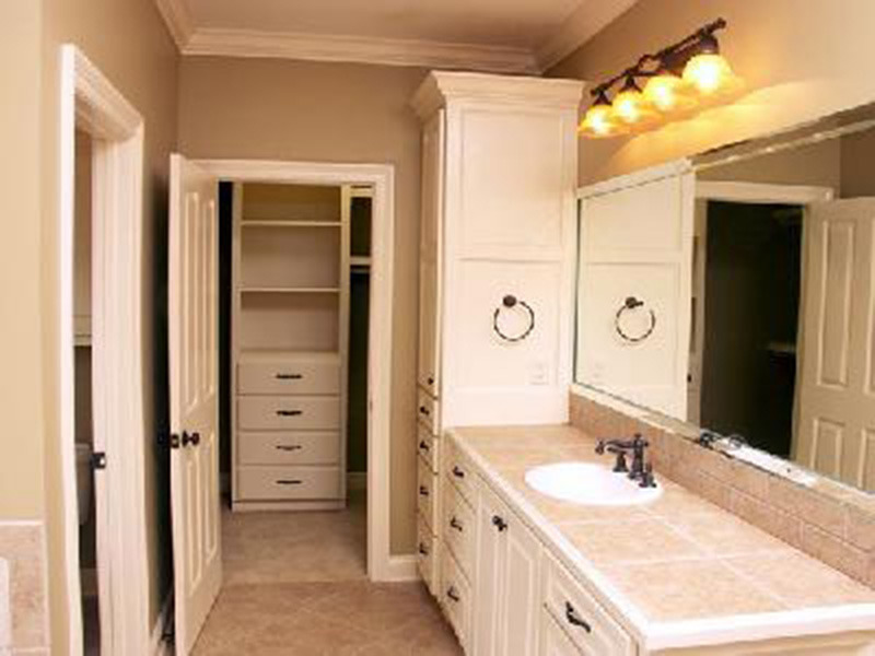 Ranch House Plan Bathroom Photo 01 - Barron Arts And Crafts Home 077D-0142 | House Plans and More
